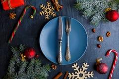 Вокруг плиты с вилкой и ножом много различных украшений рождества над взглядом Стоковые Изображения RF