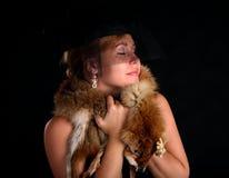 вокруг портрета девушки шерсти лисицы обернутые детеныши стоковые изображения rf