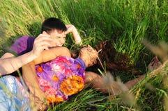 вокруг природы пар играя детенышей Стоковые Изображения