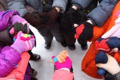 вокруг рук детей соединяя стойку Стоковые Фотографии RF
