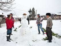 вокруг снеговика семьи счастливого Стоковые Фото