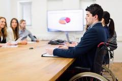 вокруг стола камеры бизнесмена дела имея полагаться смотрящ встречу другие сидя ся команда Стоковые Фото