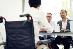 вокруг стола камеры бизнесмена дела имея полагаться смотрящ встречу другие сидя ся команда Стоковое Изображение RF