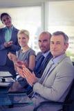 вокруг стола камеры бизнесмена дела имея полагаться смотрящ встречу другие сидя ся команда Стоковое Фото