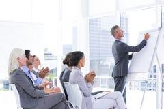 вокруг стола камеры бизнесмена дела имея полагаться смотрящ встречу другие сидя ся команда Стоковая Фотография