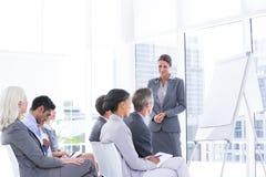 вокруг стола камеры бизнесмена дела имея полагаться смотрящ встречу другие сидя ся команда Стоковые Фотографии RF