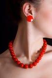 вокруг шариков ее красный цвет шеи Стоковые Фото