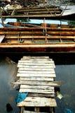 Вокруг Belakang Padang 13 - деревянный мост и шлюпки Стоковые Фотографии RF