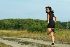 вокруг jogging outdoors женщина поворота Стоковые Изображения RF