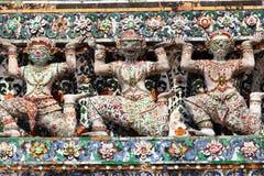 вокруг wat статуй chedi основания arun гигантского Стоковые Изображения