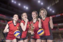 Волейболисты женщины празднуя победу и золотую медаль Стоковые Изображения
