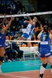 волейбол девушки игры нападения Стоковая Фотография RF