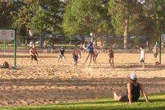 Волейбол пляжа игры команды человека наблюдая на озере Skaha в Penticton, ДО РОЖДЕСТВА ХРИСТОВА, Канада стоковые фотографии rf