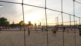 Волейбол пляжа игры людей на пристани 25 в Манхаттане на заходе солнца сток-видео