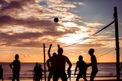 Волейбол пляжа силуэта Стоковое Изображение