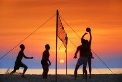 волейбол силуэта пляжа Стоковые Фотографии RF