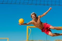 волейбол человека пляжа скача стоковая фотография rf