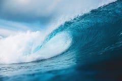 Волна бочонка океана в океане Ломая волна для серфинга в Бали Стоковое Изображение