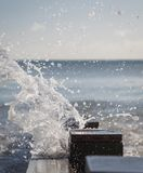 Волна брызгая над groyne на взморье Стоковые Фото