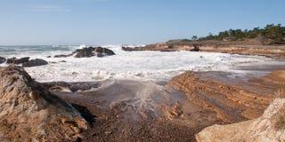 волна выветренная береговой линией отступая Стоковая Фотография RF