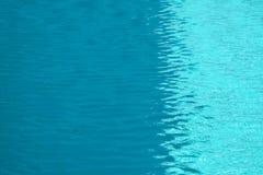 волна двигая ветром на поверхности воды бассейна стоковое фото