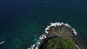 Волна и утес на острове Бали видеоматериал
