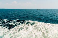 Волна корабля на поверхности воды в море Стоковое фото RF
