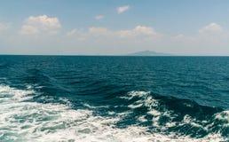 Волна корабля на поверхности воды в море Стоковые Фотографии RF