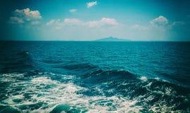 Волна корабля на поверхности воды в море Стоковые Изображения