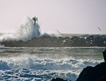 Волна молы утеса башни металла разбивая Стоковое Изображение RF