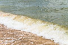 Волна моря мощно бежит на песочный берег стоковое фото rf