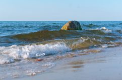Волна моря ударяет берег, проломы волны моря на утесах Стоковые Изображения