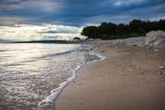 Волна на песчаном пляже в мягком фокусе Punat, Хорватия стоковое изображение rf