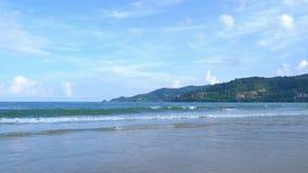 Волна на пляже острова Пхукета, море Andaman в полдень в Таиланде Предпосылка неба природы стоковое фото rf