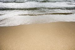 Волна на пляже песка стоковое фото