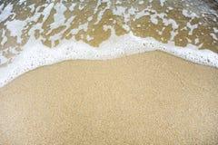 Волна на пляже песка стоковые изображения