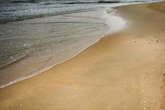 Волна на пляже песка стоковое фото rf