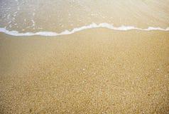 Волна на пляже песка стоковая фотография