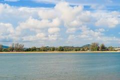 Волна на пляже Пхукета, море Andaman в полдень в Таиланде Предпосылка неба природы стоковая фотография