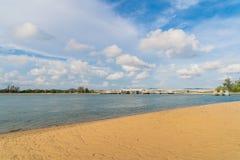 Волна на пляже Пхукета, море Andaman в полдень в Таиланде Предпосылка неба природы стоковое изображение rf
