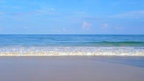 Волна на пляже Пхукета, море Andaman в полдень в Таиланде Предпосылка неба природы стоковые изображения rf