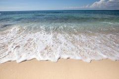 Волна пены мягкая на белом песке Справочная информация Стоковые Фотографии RF