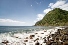 Волна строит вверх перед каменным пляжем стоковая фотография rf