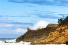 Волна тапки Kiwanda накидки ударяет скалы Стоковые Фото