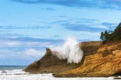 Волна тапки Kiwanda накидки ударяет скалы Стоковые Фотографии RF