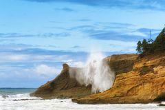 Волна тапки Kiwanda накидки ударяет скалы Стоковые Изображения RF