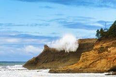 Волна тапки Kiwanda накидки ударяет скалы Стоковое Изображение RF