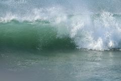 Волна Seafoam зеленая с с перебиваними работами брызга ветра берега Тихий океан Стоковая Фотография RF