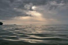 Волнистое море с силуэтом города Стоковые Фото