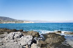 Волнистое скалистое побережье на острове Крита Стоковые Изображения RF